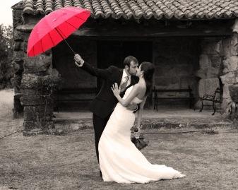 novios paraguas rojo